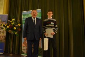 Nagrody Podkarpackiego Kuratora Oświaty dla  laureatów konkursu wręczył Marian Dzimira członek Jury konkursu